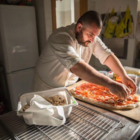 luce, pizza, los locos, condire, farcire la pizza, pizzaiolo, laboratorio, preparare, cucina italiana, made in italy, celiaci, condimento, illuminarsi
