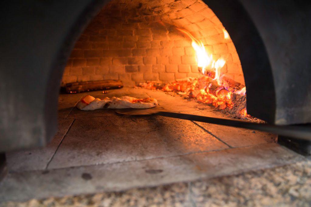 infornare, abbraccio, pizza, legna, forno a legna, preparazione, pomodoro, bufala, pachino, impasto