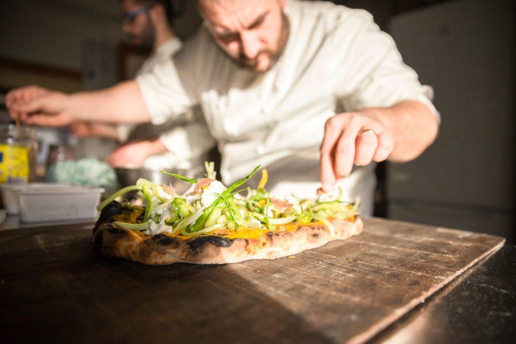 dettagli, pizza, verdure, bufala, pizzaiolo, cuoco, chef, preparazione,realizzare