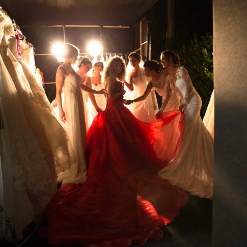 oroni, eventi, reportage, merinda spose, sposa, wedding, cerimonia, canzoni, felicità, ragazze, backstage, creatività, emozioni, stare al centro, donne, rosso, vestiti