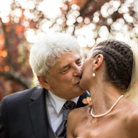 baciarsi, sposi, matrimonio, amare, reportage, colori dell'amore, fabrica di roma, fotografo di matrimoni, cogliere l'attimo, bacio