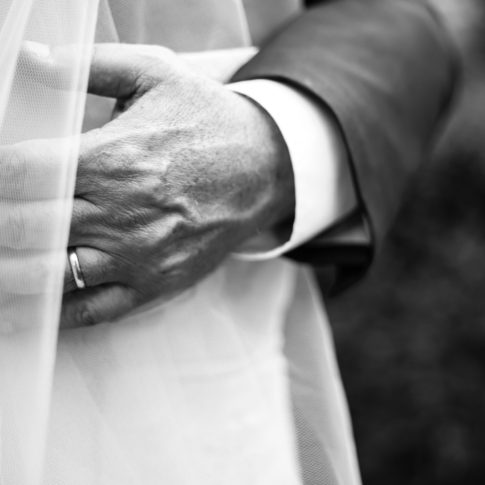 dettagli, anelli, fedi nuziali, matrimonio, abbraccio degli sposi, palazzo cencelli, giardini comunali di fabrica di roma, amarsi, stringere, felicità