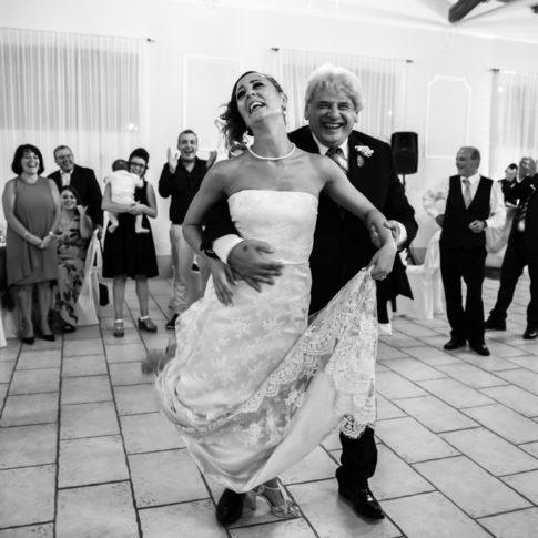 ballare, ballerini, sposi, matrimonio, borgo degli abeti, agriturismo, reportage, cogliere l'attimo, ridere