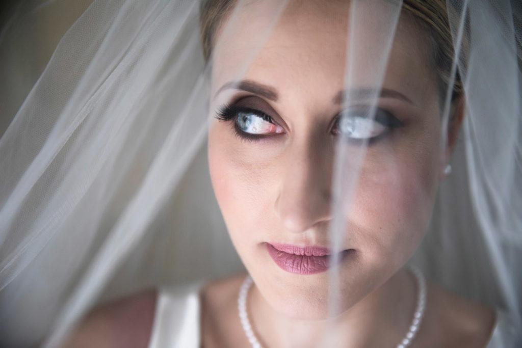 frascati, vallerano, corchiano, soriano nel cimino, santuario della madonna del ruscello, fotografo tuscia, fotografo di matrimoni, fotografo di matrimoni di viterbo, fotografo di roma, lazio, ritratto, occhi azzurri, bellezza, eleganza, labbra, sposa, preparativi della sposa, no foto in posa