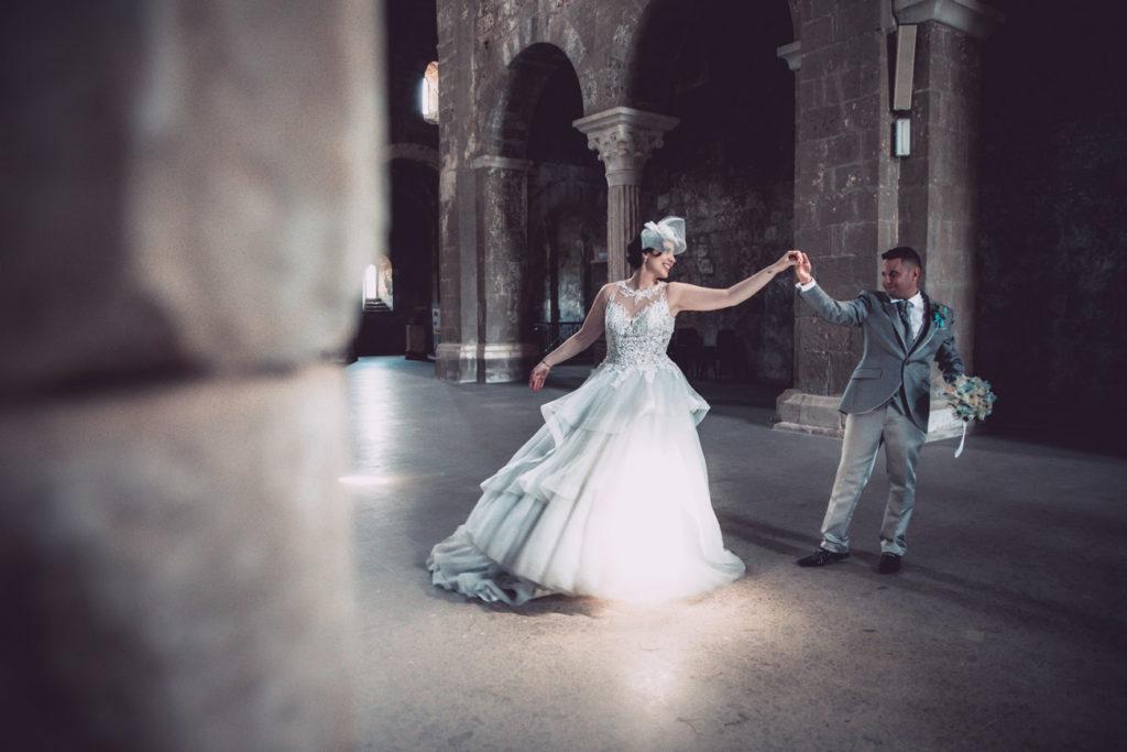 reportage, ballo, ballo degli sposi, chiesa di santa maria in falleri, viterbo, fabrica di roma, luca storri fotografo, lazio, roma, no foto in posa, raccontare attimi, elisa, marcello, vestito da sposa, vestito da sposo