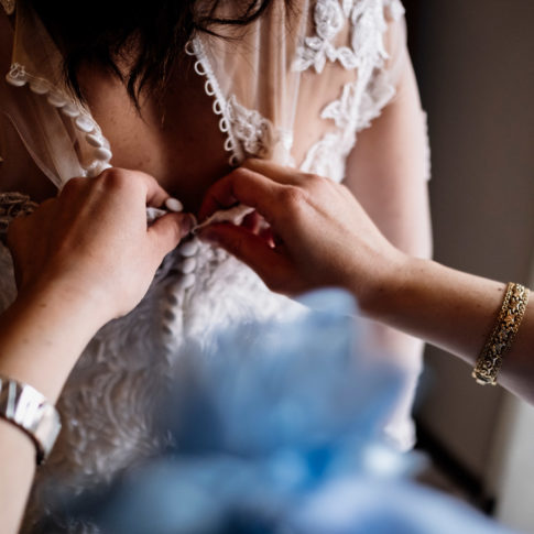 scegliere il fotografo di matrimonio, vitorchiano, no foto in posa, emozioni, foto emozionale, matrimonio a vitorchiano, matrimonio nella tuscia, come scegliere un fotografo di matrimonio, intimità, empatia, essere empatici, fotografo di viterbo, fotografo di reportage, fotografo della tuscia, fotografo nella tuscia, luca storri fotografo, amarsi, essere noi, essere intimi, sorella della sposa, preparativi della sposa, allacciare il vestito