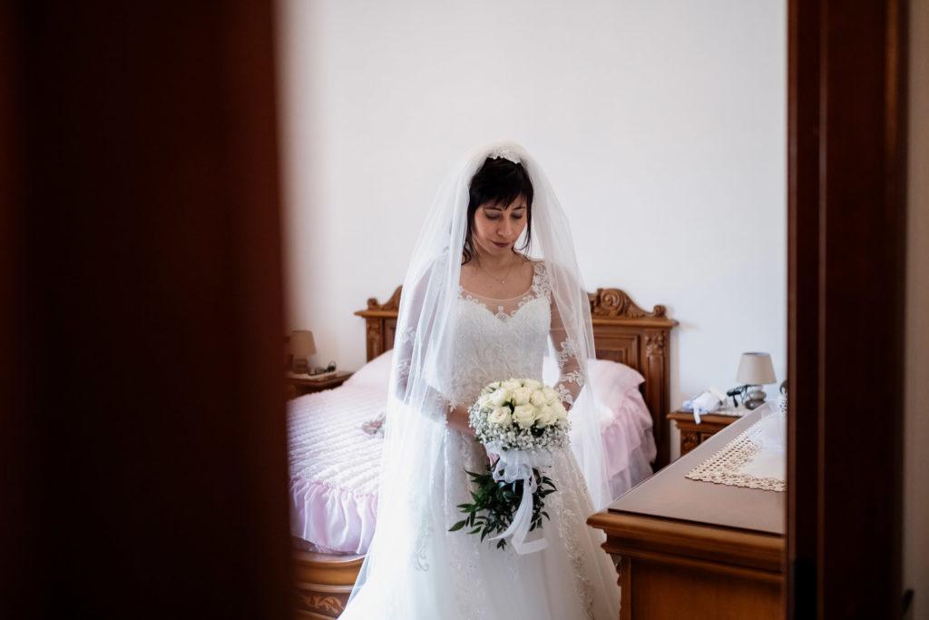 matrimonio a vitorchiano, vitorchiano, fabrica di roma, gloria proietti, giuseppe caccia, fedi nuziali, foto non in posa, fotografo di matrimonio di viterbo, fotografo di reportage matrimoniale, fotografo di matrimonio di reportage, viterbo, foto non in posa, emozioni, empatia, fotografi di emozioni, fiabe di luce, baci degli sposi, scambio di sguardi, il germoglio, fiori, comune di vitorchiano, sposarsi a vitorchiano, empatia, discrezione, ballo degli sposi, bacio degli sposi, baciarsi, amarsi, stringersi, sposarsi nella tuscia, fotografo di matrimonio della tuscia, fotografo di matrimonio nella tuscia, tuscia fotografica, anelli nuziali, chiesa della madonna del ruscello, vallerano, chiesa di vallerano, maggiolone volkswagen, macchina degli sposi, macchina della sposa, sposarsi con la pioggia, pioggia, matrimonio piovoso, preparativi dello sposo, preparativi della sposa, trucco, acconciatura della sposa, fratelli, sorelle, amici degli sposi, scherzi degli sposi, nando al pallone, nando al pallone vitorchiano, ristorante vitorchiano, piscina