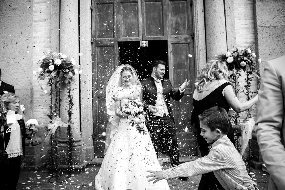 santuario della madonna del ruscello, uscita degli sposi, no foto in posa, viterbo, vallerano, frascati, matrimonio a frascati, anna e paolo, amore vero, gioia, felicità, fotografo di reportage, fotografo di viterbo, fotografo roma, fotografo vallerano, sposarsi, rito religioso, credere, lazio, tuscia, fotografo di matrimoni della tuscia