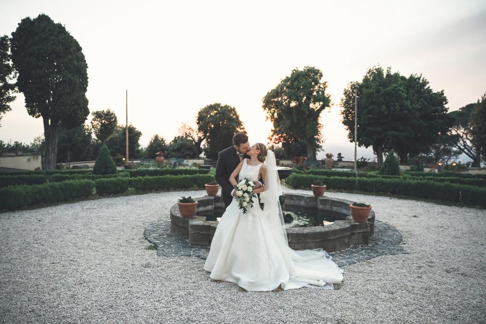 frascati, villa tuscolana, no foto in posa, matrimonio a villa tuscolana, anna e paolo, sposarsi, sposi, bacio, fotografo di matrimoni, luca storri fotografo, fotografo di matrimoni di viterbo, fotografo di roma, lazio