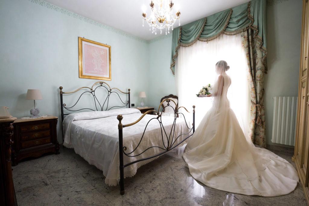 reportage, matrimonio a vallerano, vallerano, tuscia, luca storri fotografo, italia, lazio, viterbo, roma, vestito da sposa, eleganza di una sposa, essere eleganti, bouquet, preparazione della sposa, preparativi, no foto in posa