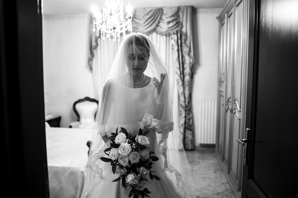 luce naturale, fotografare con luce naturale, fotografare senza flash,matrimonio a frascati, preparativi della sposa, sposa, bouquet, eleganza, no foto in posa, luca storri fotografo, fotografo di matrimoni, fotografo di viterbo, fotografo di fabrica di roma, fabrica di roma, lazio, tuscia, agitazione, anna, milleidee, sposarsi nella tuscia, vallerano