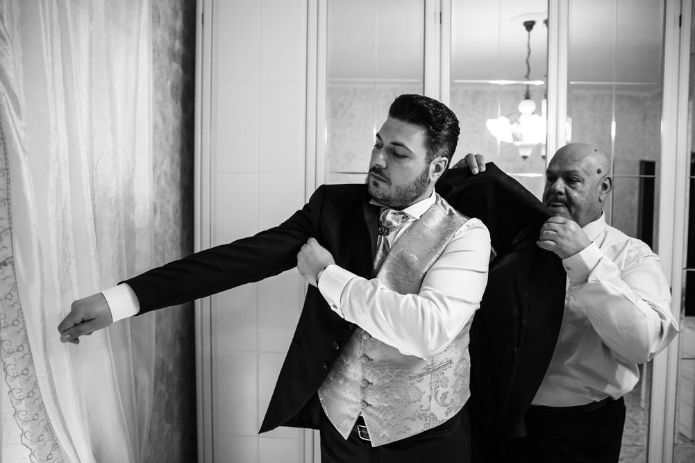 frascati, corchiano, vallerano, luca storri fotografo, matrimonio anna e paolo, no foto in posa, vestizione dello sposo, padre e figlio, mettere la giacca, giacca, preparazione, fotografo di matrimoni, fotografo di viterbo, fotografo di reportage, fotografo roma, lazio, tuscia, fotografo della tuscia, dettagli, eleganza, matrimonio a frascati
