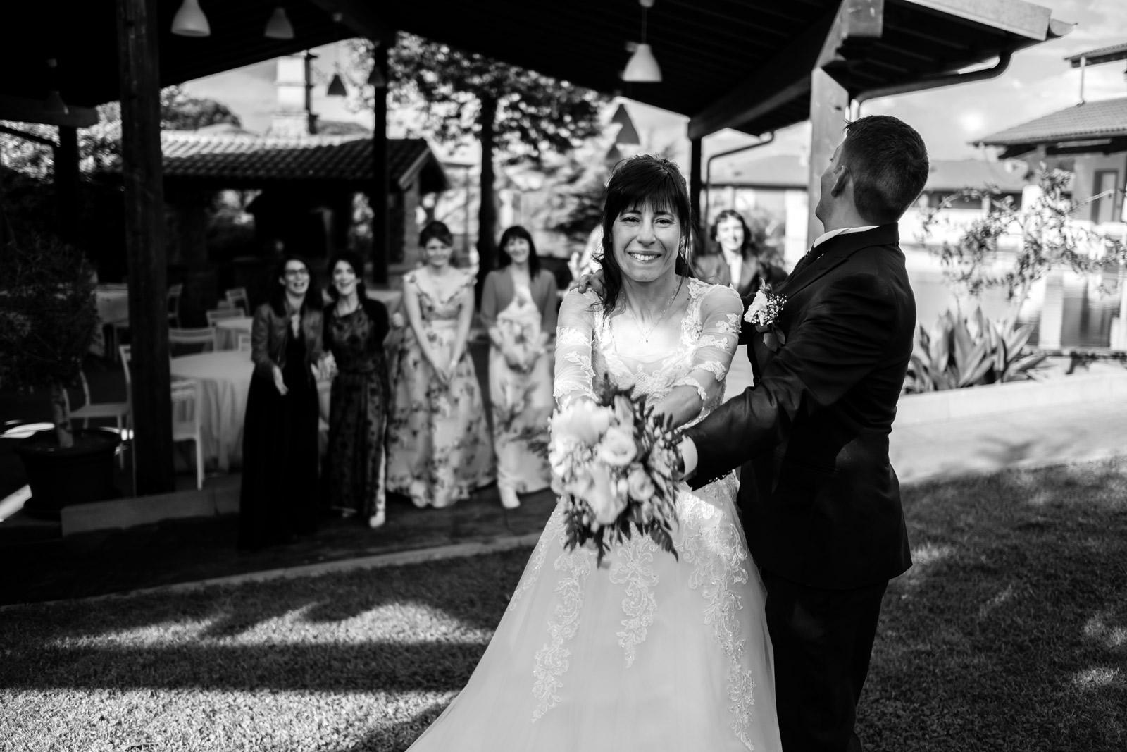 matrimonio a vitorchiano, vitorchiano, fabrica di roma, gloria proietti, giuseppe caccia, fedi nuziali, foto non in posa, fotografo di matrimonio di viterbo, fotografo di reportage matrimoniale, fotografo di matrimonio di reportage, viterbo, foto non in posa, emozioni, empatia, fotografi di emozioni, fiabe di luce, baci degli sposi, scambio di sguardi, il germoglio, fiori, comune di vitorchiano, sposarsi a vitorchiano, empatia, discrezione, ballo degli sposi, bacio degli sposi, baciarsi, amarsi, stringersi, sposarsi nella tuscia, fotografo di matrimonio della tuscia, fotografo di matrimonio nella tuscia, tuscia fotografica, anelli nuziali, chiesa della madonna del ruscello, vallerano, chiesa di vallerano, maggiolone volkswagen, macchina degli sposi, macchina della sposa, sposarsi con la pioggia, pioggia, matrimonio piovoso, preparativi dello sposo, preparativi della sposa, trucco, acconciatura della sposa, fratelli, sorelle, amici degli sposi, scherzi degli sposi, nando al pallone, nando al pallone vitorchiano, ristorante vitorchiano, piscina, fotografo emozionale