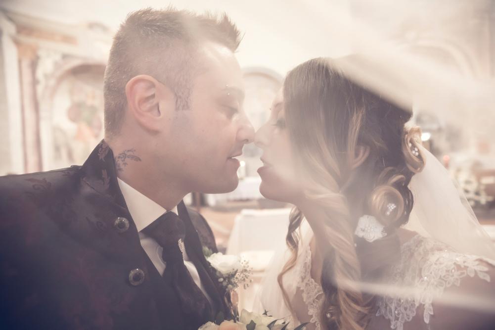 reportage, fabrica di roma, rito religioso, bacio, baciarsi, amore, vero amore, silvia e stefano, velo, vestito sposa, sposa, sposo, chiesa, matrimonio, fabrica di roma