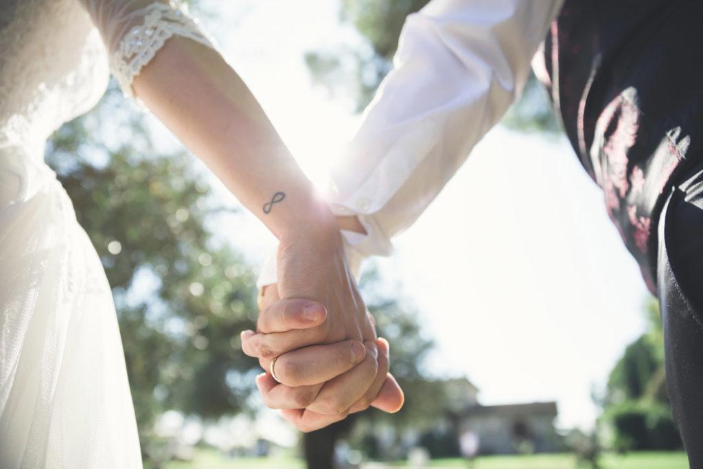 reportage, mano nella mano, tattoo, villa di veio, matrimonio, sposi, sposa, sposo, amore, vero amore, natura, villa privata, silvia e stefano, silvia, stefano, cesano, fabrica di roma
