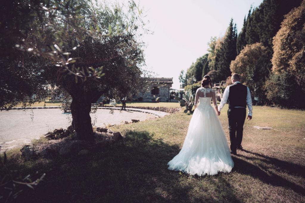 reportage, luca storri fotografo, cesano, fabrica di roma, matrimonio, silvia e stefano, sposi, sposarsi, villa privata, camminare, mano nella mano