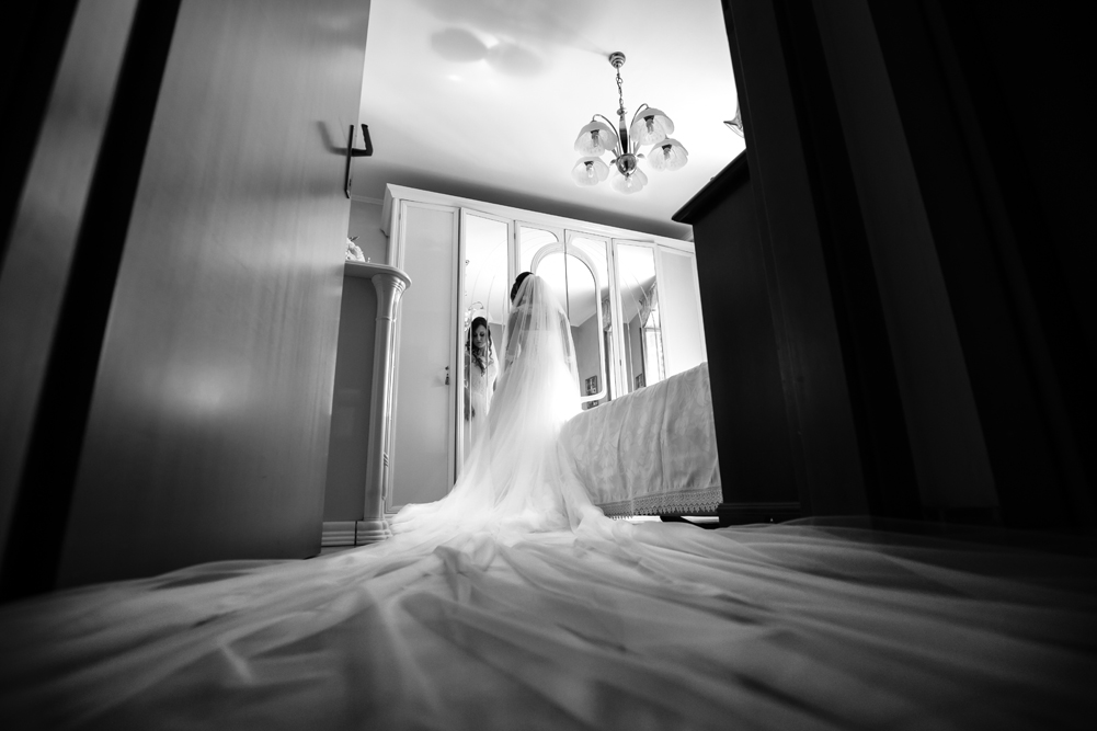 reportage, vestito sposa, eleganza, luca storri fotografo, matrimonio, matrimonio a fabrica di roma, vestito lungo, velo, vestito della sposa, casa della sposa, preparazione sposa, attimi