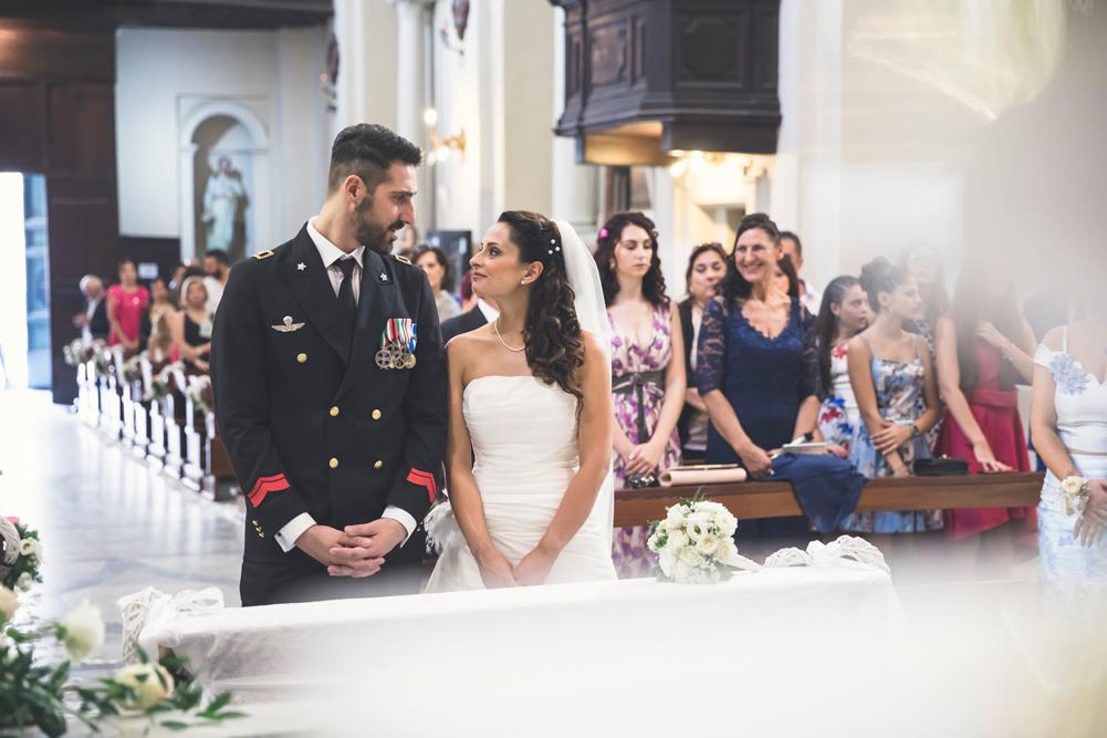 matrimonio a fabrica di roma, rito religioso, chiesa collegiata san silvestro papa, guardarsi, sguardi degli sposi, fotografo di viterbo, fotografo di roma, roma, viterbo, tuscia, vero amore, essere felici, matrimonio felice, matrimonio senza pensieri, no foto in posa