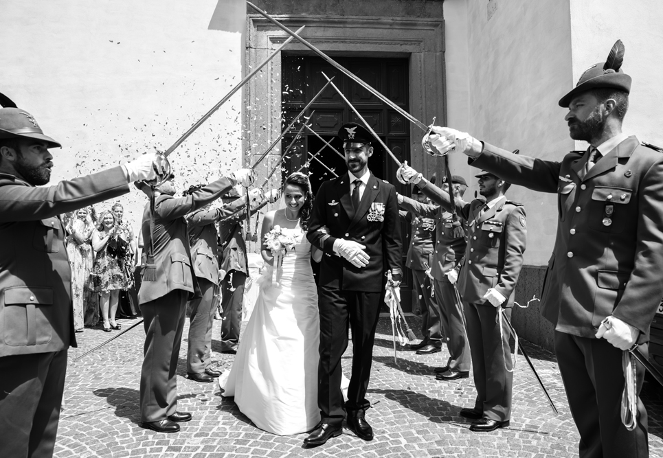 picchetto d'onore, picchetto militare, militari, alpini, patrioti, matrimonio a fabrica di roma, matrimonio nella tuscia, matrimonio felice, uscita dalla chiesa, luca storri fotografo, viterbo, fabrica di roma, roma, soriano nel cimino, tuscia, agro falisco, fotografo di viterbo, fotografo di fabrica di roma, fotografo di roma, raccontare emozioni, no foto in posa, via roma 32, felicità