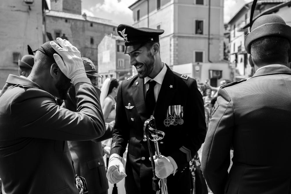 militari, alpini, fratellanza, sposarsi con un militare, divisa alto rango, matrimonio a fabrica di roma, matrimonio nella tuscia, tuscia, viterbo, fabrica di roma, via roma 32, luca storri fotografo, fotografo di viterbo, fotografo di roma, fotografo di reportage, raccontare momenti, raccontare emozioni, agro falisco, piazza di fabrica di roma, emozioni
