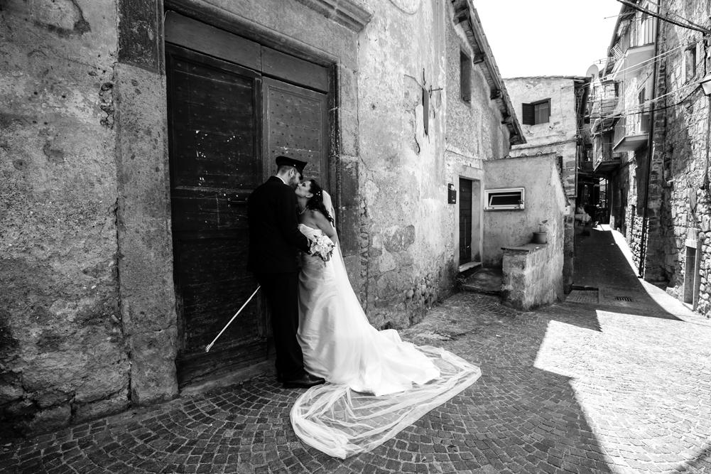 fabrica di roma, borgo storico, borgo storico di fabrica di roma, chiesa, matrimonio a fabrica di roma, fotografo di reportage, raccontare emozioni, no foto in posa, fotografo di viterbo, fotografo di roma, fotografo nella tuscia, fotografo della tuscia, tuscia matrimoni, merinda spose atelier, baci degli sposi