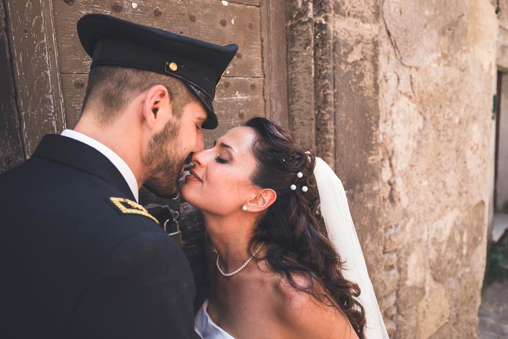 luca storri fotografo, matrimonio a fabrica di roma, tamara e vincenzo, sposarsi un militare, merinda spose atelier, bacio degli sposi, borgo storico di fabrica di roma, fotografo di viterbo, fotografo di fabrica di roma, fotografo di reportage, fotografo nella tuscia, fotografo della tuscia, no foto in posa