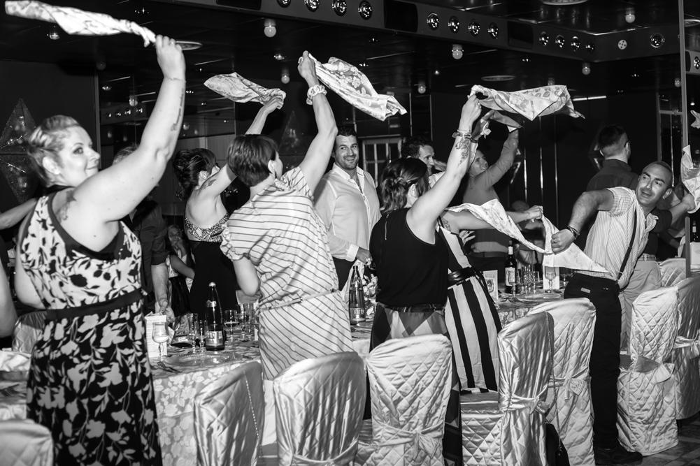 entrata ristorante sposi, matrimonio a fabrica di roma, matrimonio a caprarola, matrimonio nella tuscia, fotografo di viterbo, fotografo della tuscia, fotografo nella tuscia, fotografo di roma, fotografo di reportage, raccontare emozioni, no foto in posa, amici degli sposi, ricevimento nuziale, ristorante i due cigni, luca storri fotografo, via roma 32