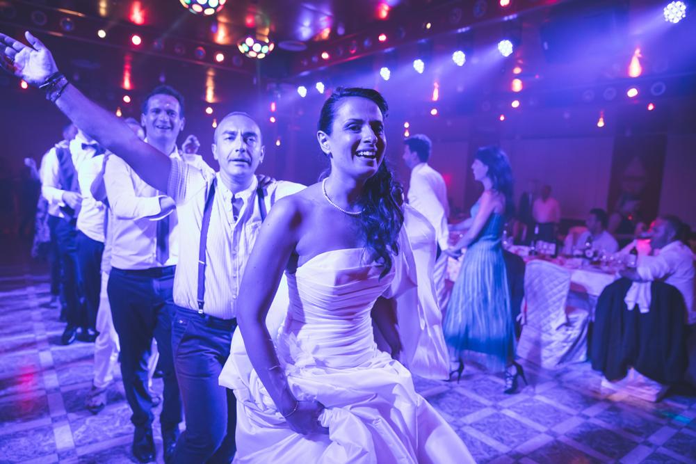 ballo, ballare, ballare con gli amici, trenino con la sposa, luca storri fotografo, matrimonio a fabrica di roma, matrimonio nella tuscia, matrimonio a viterbo, fotografo di viterbo, fotografo di roma, fotografo nella tuscia, fotografo della tuscia, tuscia matrimoni, merinda spose atelier, vestito della sposa, ricevimento nuziale, ristorante i due cigni, luca storri fotografo