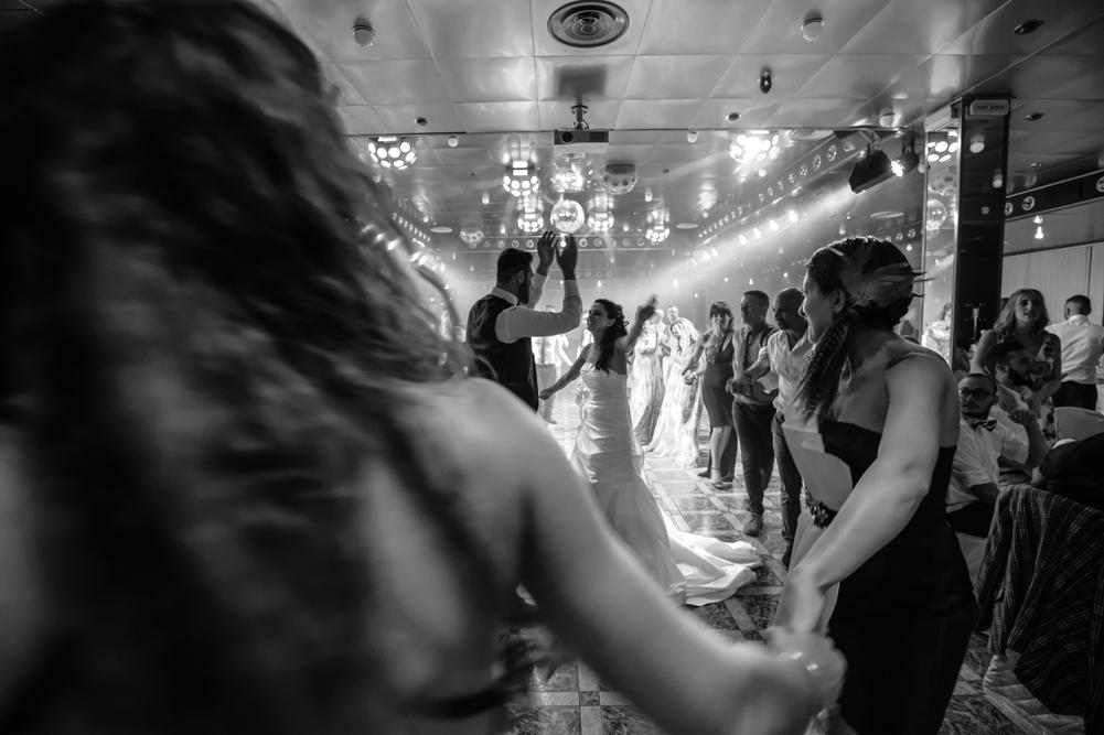ballo, ballare, ballare con gli amici, trenino con la sposa, luca storri fotografo, matrimonio a fabrica di roma, matrimonio nella tuscia, matrimonio a viterbo, fotografo di viterbo, fotografo di roma, fotografo nella tuscia, fotografo della tuscia, tuscia matrimoni, merinda spose atelier, vestito della sposa, ricevimento nuziale, ristorante i due cigni, luca storri fotografo, no foto in posa