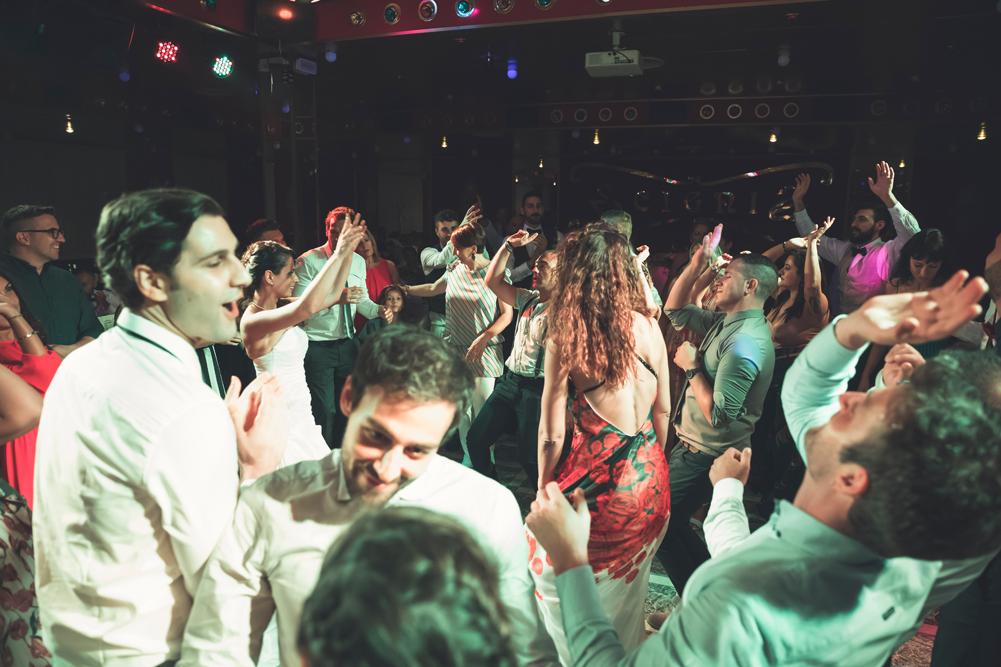 ballo, ballare, ballare con gli amici, trenino con la sposa, luca storri fotografo, matrimonio a fabrica di roma, matrimonio nella tuscia, matrimonio a viterbo, fotografo di viterbo, fotografo di roma, fotografo nella tuscia, fotografo della tuscia, tuscia matrimoni, merinda spose atelier, vestito della sposa, ricevimento nuziale, ristorante i due cigni, luca storri fotografo, no foto in posa, amici degli sposi, via roma 32