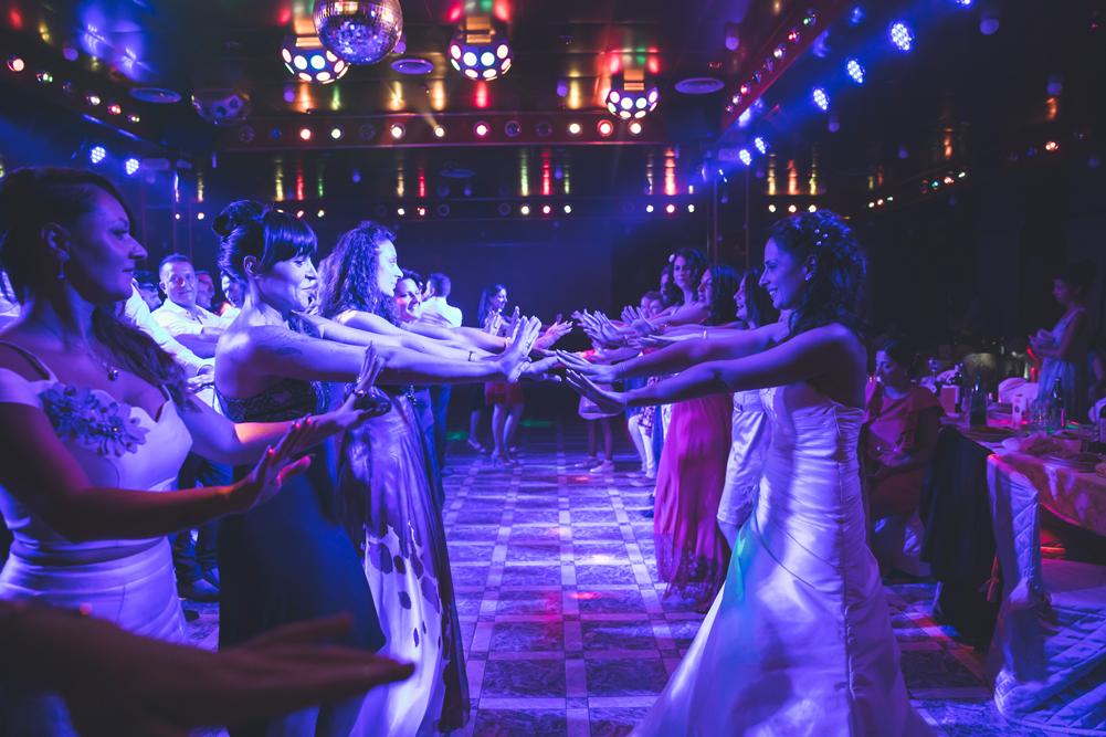 ballo, ballare, ballare con gli amici, trenino con la sposa, luca storri fotografo, matrimonio a fabrica di roma, matrimonio nella tuscia, matrimonio a viterbo, fotografo di viterbo, fotografo di roma, fotografo nella tuscia, fotografo della tuscia, tuscia matrimoni, merinda spose atelier, vestito della sposa, ricevimento nuziale, ristorante i due cigni, luca storri fotografo, no foto in posa, amici degli sposi, macarena, amiche della sposa, via roma 32