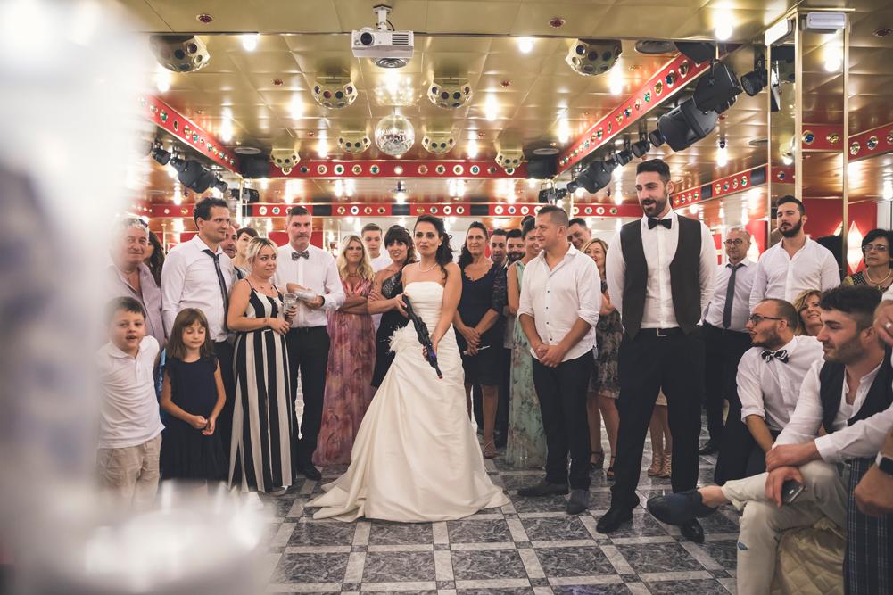 sparare, giochi con la pistola, sposarsi, scherzi di matrimonio, matrimonio a fabrica di roma, matrimonio a caprarola, ronciglione, viterbo, tuscia, tuscia matrimoni, destinazione tuscia, fotografo di viterbo, fotografo di roma, fotografo di reportage, luca storri fotografo, no foto in posa, raccontare emozioni, raccontare gli scherzi, amici degli sposi, risate, momenti felici