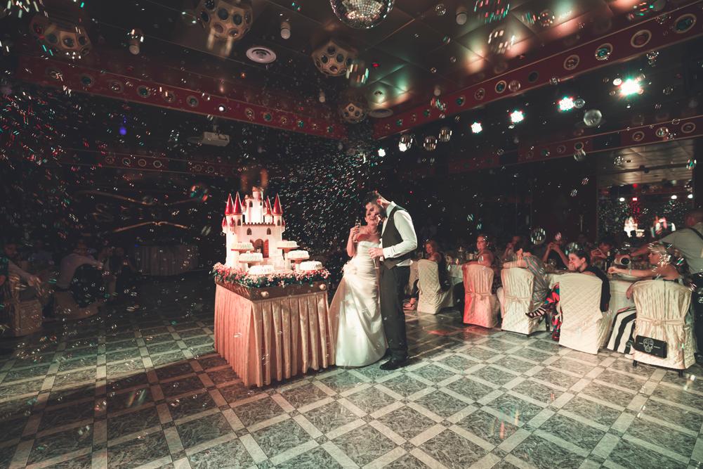 taglio della torta, bolle di sapone, ristorante i due cigni, ristorante vintage, matrimonio a fabrica di roma, merinda spose atelier, ronciglione, caprarola, matrimonio a caprarola, banchetto nuziale, ricevimento degli sposi, amici, fotografo di viterbo, fotografo di roma, fotografo della tuscia, fotografo nella tuscia, fotografo di reportage, raccontare emozioni, bolle di sapone, taglio della torta, torta degli sposi, luca storri fotografo, via roma 32