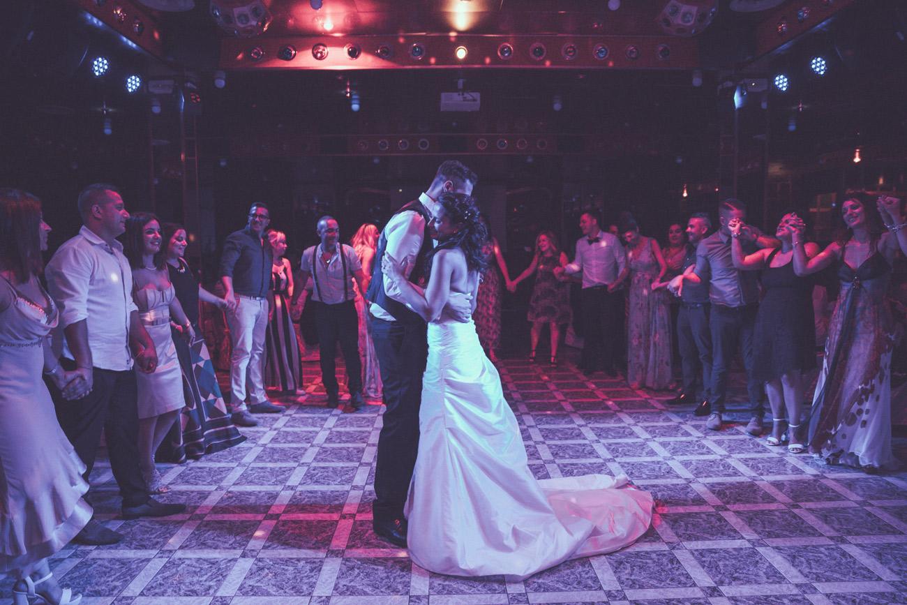 reportage, ballo, ballare, sposarsi, matrimonio ai due cigni, i due cigni, matrimonio, tamara, vincenzo, matrimonio militare, amici, ballare tutti insieme, raccontare attimi, no foto in posa