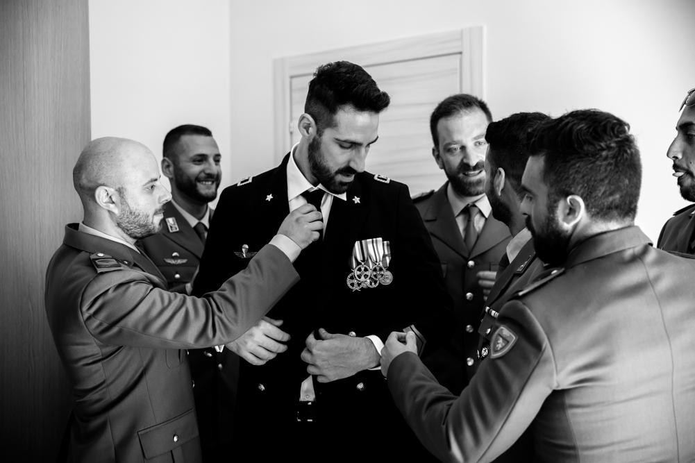 esercito italiano, alpini, patrioti, torino, trasferta, matrimonio, matrimonio amico, matrimonio nella tuscia, fabrica di roma, viterbo, lazio, italia, roma, luca storri fotografo, fotografo di viterbo, fotografo della tuscia, fotografo di roma, no foto in posa, attimo tra colleghi, fratelli d'arma