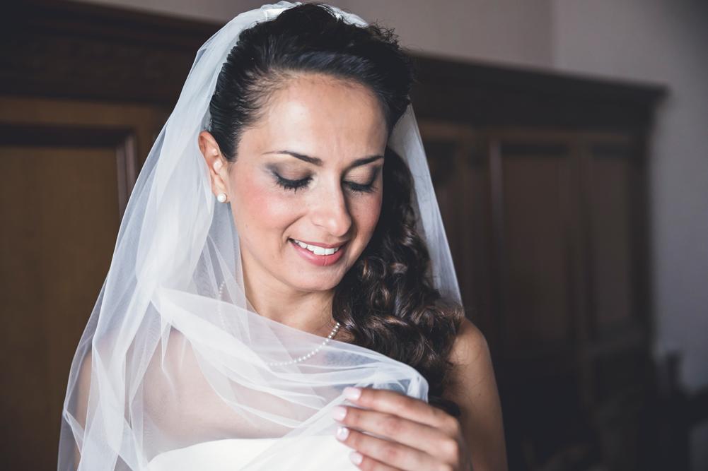 sposa, preparativi della sposa, giocare con il velo, velo della sposa, matrimonio nella tuscia, sposarsi, matrimonio a fabrica di roma, fabrica di roma, soriano nel cimino, italia, lazio, viterbo, luca storri fotografo, fotografo di viterbo, fotografo di roma, fotografo di fabrica di roma, fotografia di reportage, sorriso, denti bianchi, tuscia, mytuscia