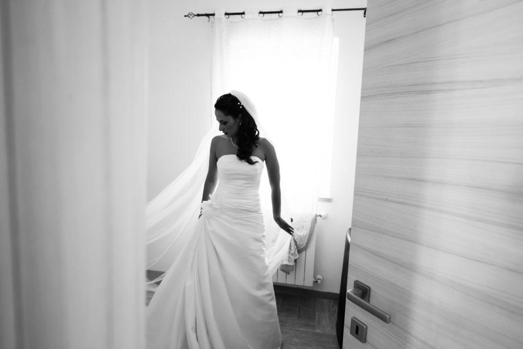 reportage, raccontare attimi, no foto in posa, tamara, luca storri fotografo, vestito lungo, velo, attimi di preparazione, preparazione sposa, vestito della sposa, merinda spose, viterbo, lazio