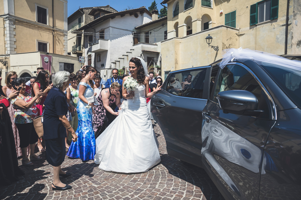 arrivo della sposa, piazza di fabrica di roma, fabrica di roma, viterbo, tuscia, mytuscia, soriano nel cimino, lazio, fotografo di viterbo, fotografo di roma, fotografo della tuscia, luca storri fotografo, macchina della sposa, testimoni della sposa, paese, festa in paese