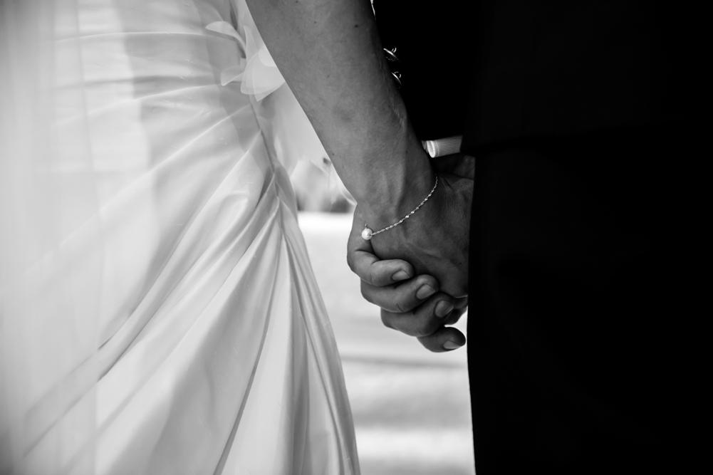 matrimonio a fabrica di roma, matrimonio nella tuscia, matrimonio agro falisco, chiesa collegiata san silvestro papa, fotografo della tuscia, fotografo di viterbo, fotografo di roma, tuscia, luca storri fotografo, mani, stringere la mano, finalmente sposi, sposarsi, amarsi, braccialetto, regalo di matrimonio, tenersi per mano